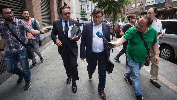 Rafael Delgado es perseguido por los periodistas minutos antes de entrar en los juzgados de Valladolid
