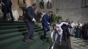 Momento en el que algunos invitados a la ceremonia tratan de reducir al joven marroquí que irrumpió en la iglesia de San Pablo de Valladolid