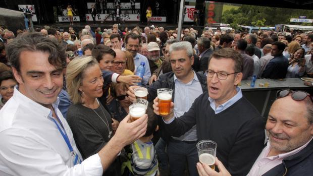 El presidente de los populares gallegos, Alberto Núñez Feijóo (2d), participa en la romería del PP provincial que se celebra en el Ayuntamiento de O Pino