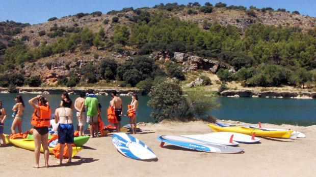 Un grupo de jóvenes practican actividades acuáticas en las Lagunas de Ruidera