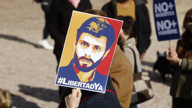 Un manifestante pide la liberación para Leopoldo López, durante una concentración en Madrid
