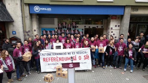 Los jóvenes radicales de la organización Arran, durante el «escrache» en la sede del PP catalán