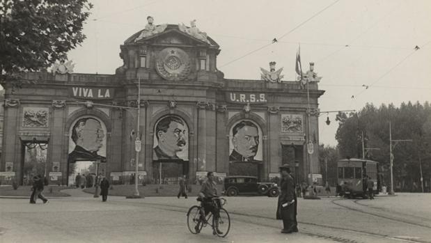 La Puerta de Alcalá, en 1937, con las imágenes de Stalin (centro), Litminov y Voroshilov