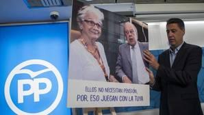 Xavier García Albiol sujeta un cuadro del matrimonio Pujol Ferrusola