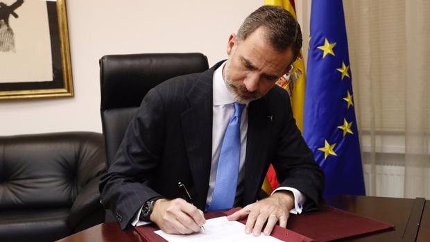 Don Felipe, en el momento de la firma del Real Decreto de la condecoración póstuma a Ignacio Echeverría en la Embajada de España en Astaná