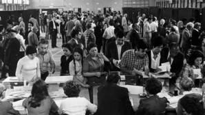 Ciudadanos votando en Madrid en las elecciones generales de junio de 1977