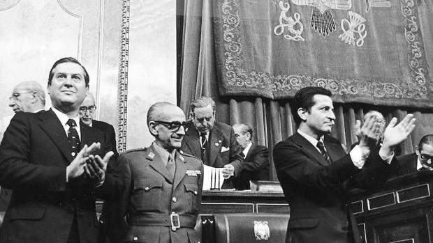 Alfonso Osorio (i) junto a Manuel Gutiérrez Mellado (c) y Adolfo Suárez tras aprobarse en 1976 la Ley para la Reforma Política