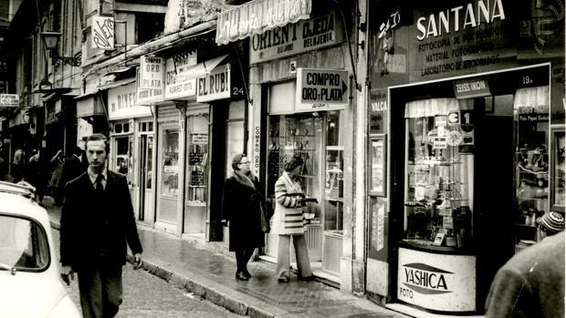 El poder adquisitivo se hundía y el paro crecía en 1977 de forma preocupante. En la imagen, tiendas de la sevillana Plaza del Pan, en enero de aquel año