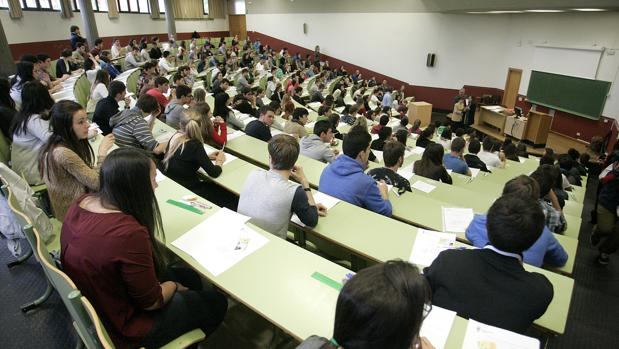 Alumnos durante un examen de Selectividad en la Universidad de León en una imagen de archivo