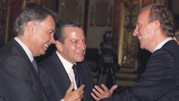 Don Juan Carlos con Adolfo Suárez y Felipe González