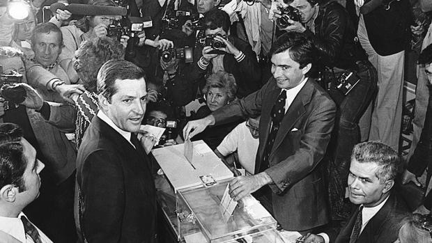 Adolfo Suárez vota en las primeras elecciones generales de la democracia, el 15 de junio de 1977