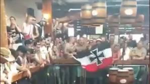 Alborotadores exhiben la bandera de la Marina Imperial alemana