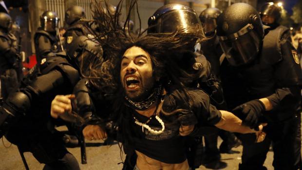 La Policía desalojó a los manifestantes que bloqueaban la entrada del edificio asaltado