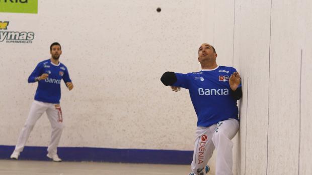 Imatge de dos esportistes de pilota valenciana