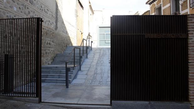 Puerta de acceso al edificio del Taller del Moro de Toledo