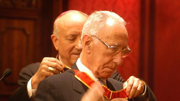Cruz Román recibe la medalla del Arzobispado de Valencia de manos del fallecido García Gasco en 2003
