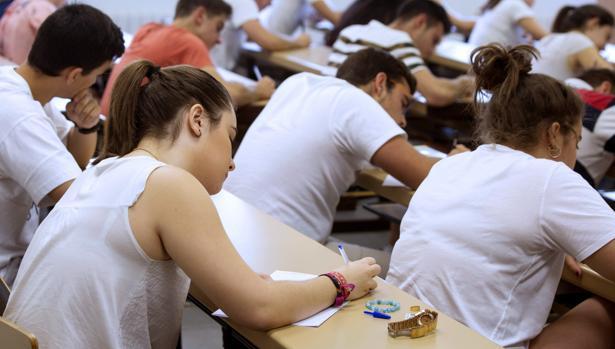 Alumnos durante la nueva prueba de acceso a la universidad en Valladolid