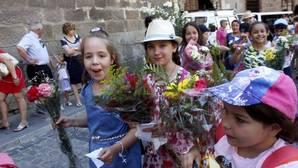Niñas durante la ofrenda floral