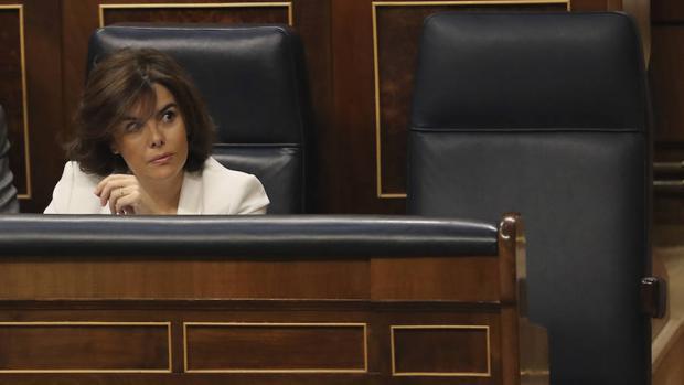Soraya Sáez de Santamaría junto al puesto vacío del presidente del Gobierno