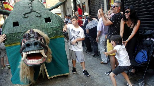 El monstruo verde lanza sus chorros sobre el público apiñado en las calles del Casco