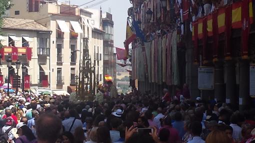 Una multitud se agolpa en torno a la Custodia de Arfe