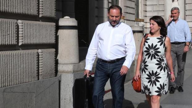 José Luis Ábalos y Adriana Lastra en la puerta del Congreso de los diputados el pasado mes de mayo