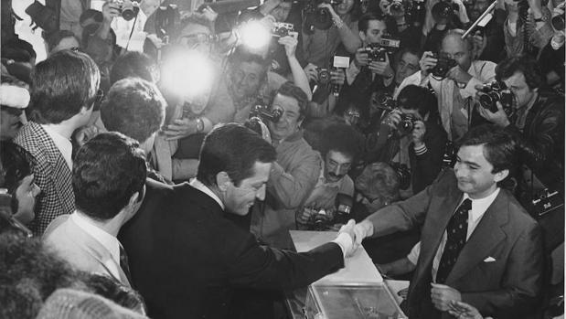 Adolfo Suárez votando en su colegio electoral en las elecciones de 1977