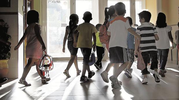 Un grupo de escolares entrando en su colesgio