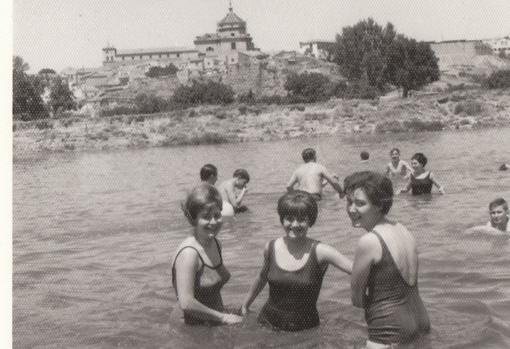 Imagen publicada en el blog «Toledo Olvidado» de un día de playa en el Tajo en Toledo hacia 1965 cedidas por la familia Del Cerro Corrales