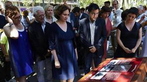 La alcaldesa de Barcelona, Ada Colau y el primer teniente de alcalde, Gerardo Pisarelo, observan la placa en recuerdo a las víctimas del atentado