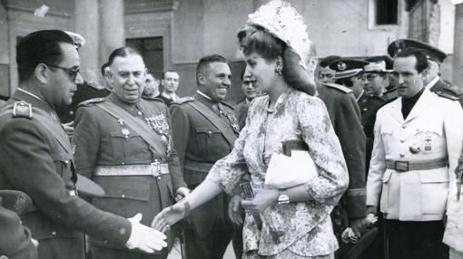 Eva Perón saluda a los «héroes» del Alcázar de Toledo, en su visita al edificio