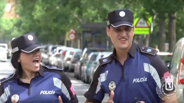 Secuencia del vídeo, con dos policías bailando