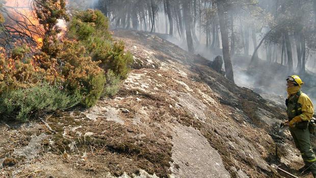 Labores de extinción del incendio en El Hornillo