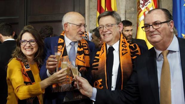 Puig brindando por el triunfo en la Liga Endesa del Valencia Balsket, este sábado por la tarde