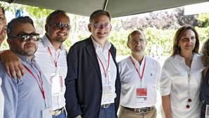 Puig junto a miembros de su delegación antes de asistir a la proclamación de Pedro Sánchez en el congreso, este domingo