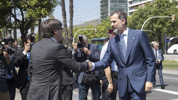 El Rey Felipe VI saluda a Carles Puigdemont en su último encuentro el pasado 23 de mayo