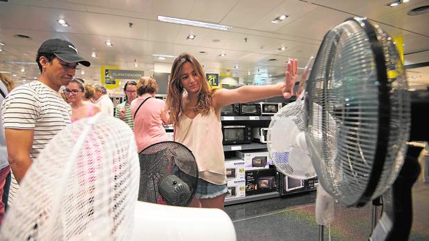 Dos clientes, ayer en Madrid, en el interior de un centro comercial