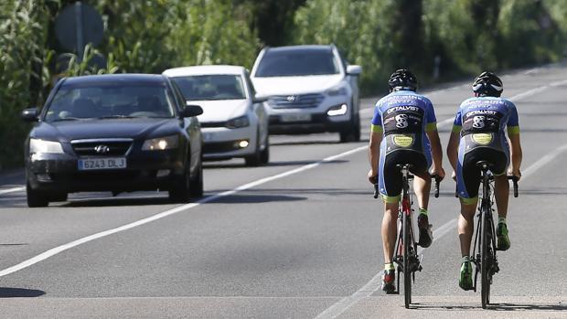 Imagen de unos ciclistas en una carretera valenciana
