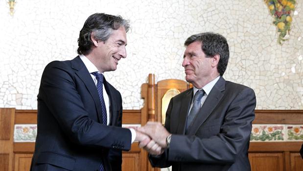Imagen del ministro de Fomento con el presidente de la Autoridad Portuaria de Valencia