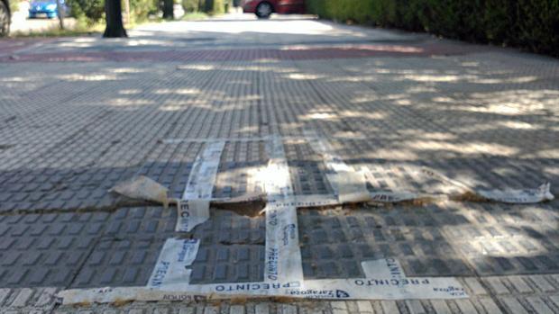 Fotografía facilitada por el PP de una de las aceras de Zaragoza remendada con cinta aislante
