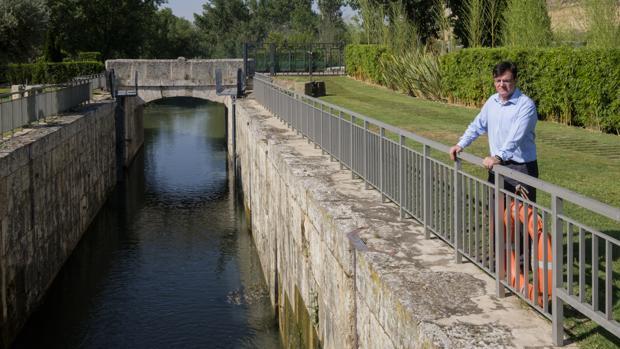 El presidente de la CHD, Diego Ruiz, contempla el nivel del agua de la esclusa 42 del Canal de Castilla