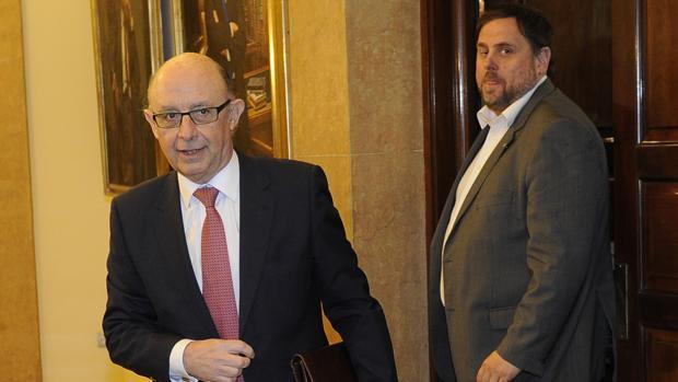 El ministro de Hacienda, Cristóbal Montoro, junto al vicepresidente catalán Oriol Junqueras