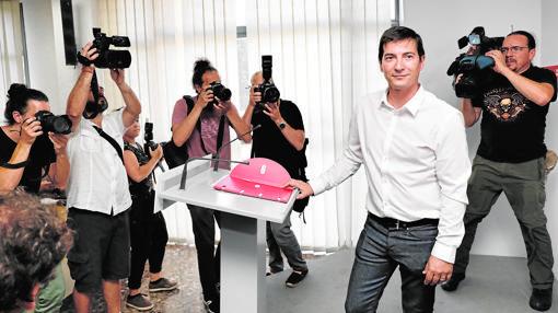 Rafa García, alcalde de Burjassot, presenta su candidatura en la sede del PSPV