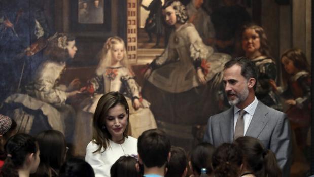 Los Reyes conversan con grupo de alumnos en el Prado