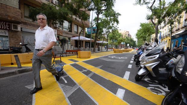 Un hombre pasea por la zona peatonalizada de la calle de Galileo