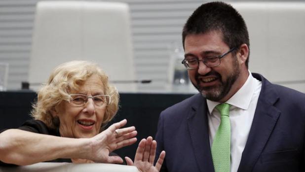 La alcaldesa de Madrid, Manuela Carmena, y el delegado de Economía y Hacienda, Carlos Sánchez Marto