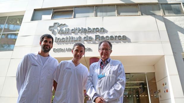 El doctor García Dorado (derecha), junto a investigadores de su equipo