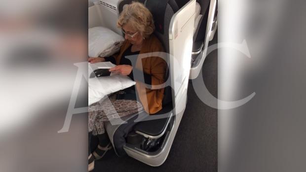 Carmena, en su asiento de avión de primera clase