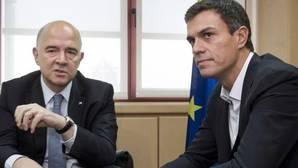 Pedro Sánchez,d., durante el encuentro de trabajo que mantuvo con el comisario Pierre Moscovici