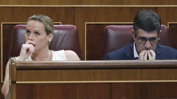 Zaida Cantera, junto a Patxi López, ocupa su escaño en el Congreso